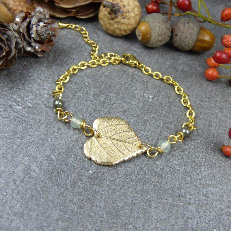 bracelet fait main avec une feuille de tilleul doré