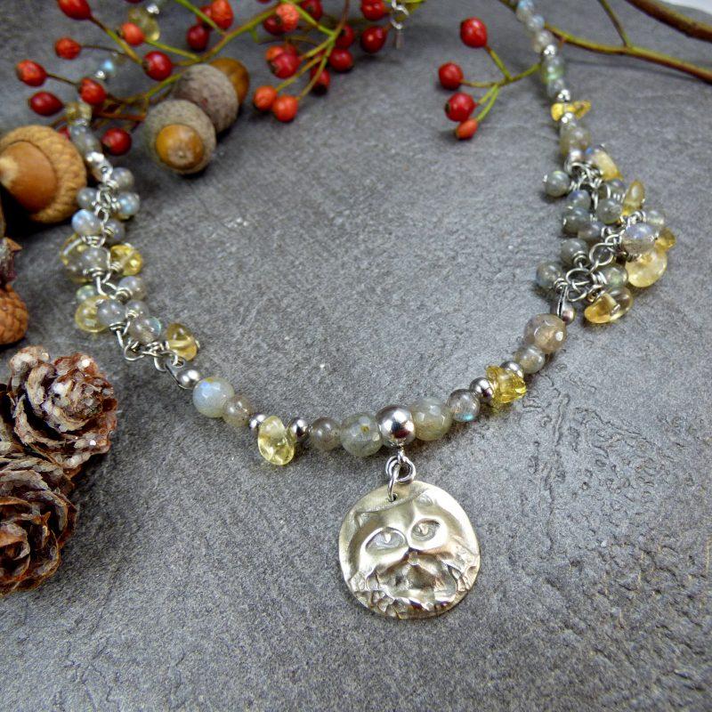 bijou artisanal avec des pierres fines et un médaillon chat