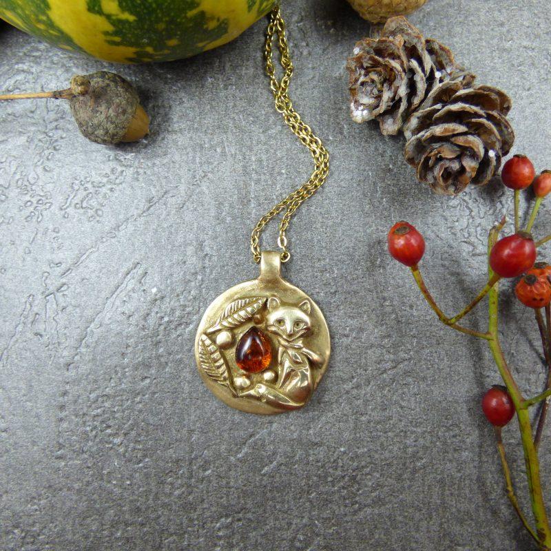 medaillon artisanal avec un renard doré et une pierre d'ambre