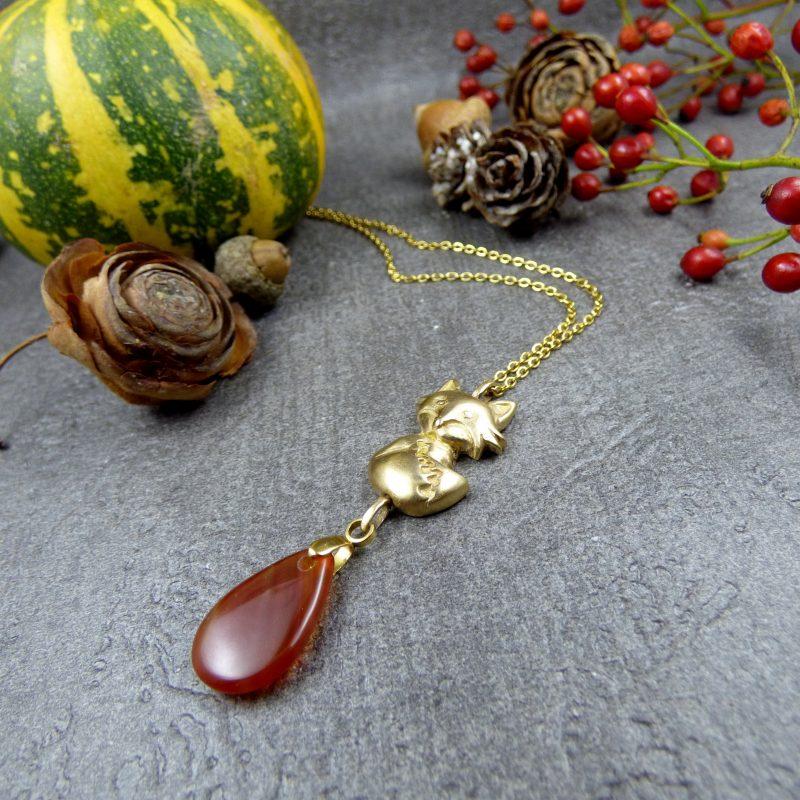 pendentif artisanal avec un renard et une pierre d'agate