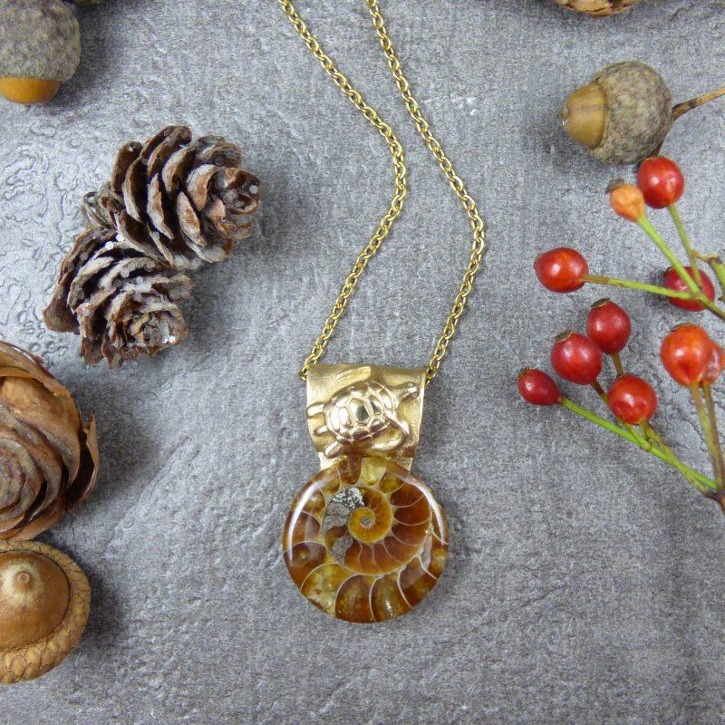 pendentif artisanal tortue et pierre ammonite
