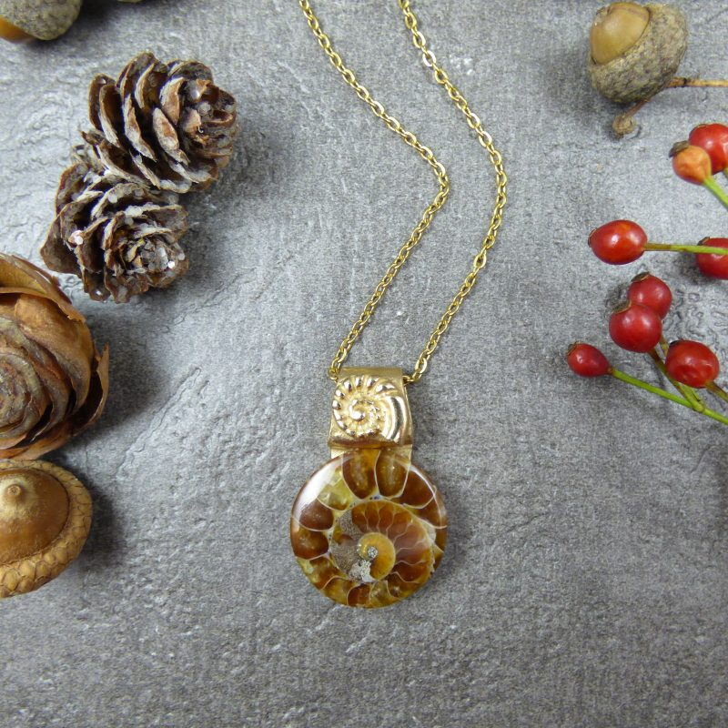 pendentif artisanal en bronze et pierre ammonite