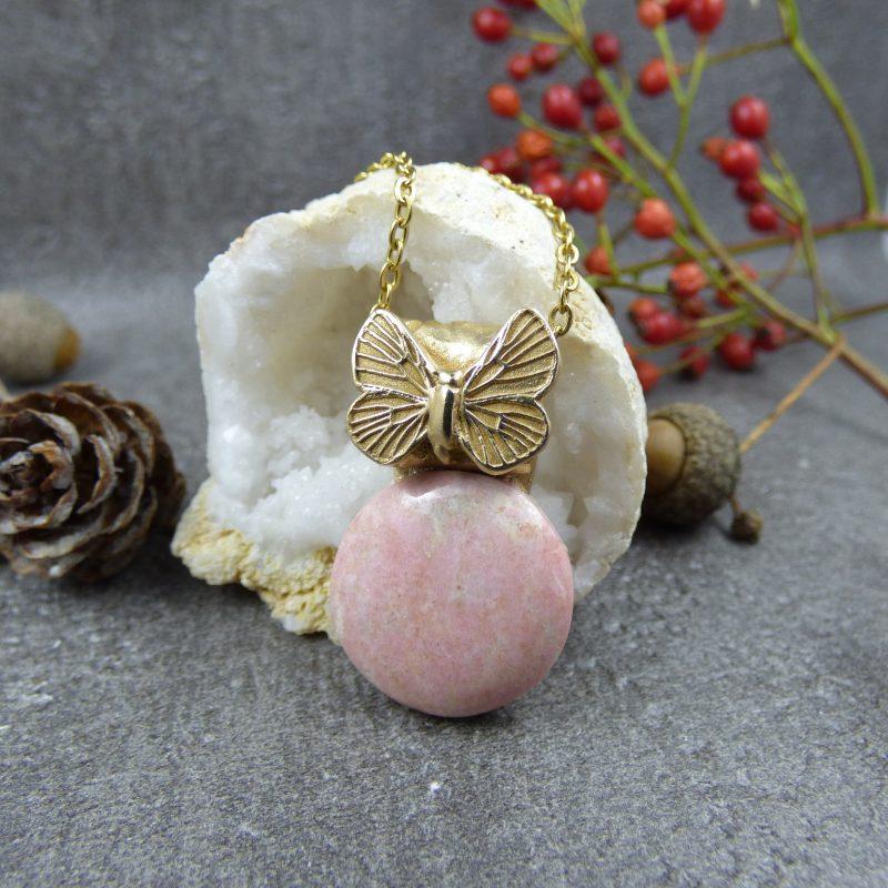 bijou en pierre thulite et papillon doré