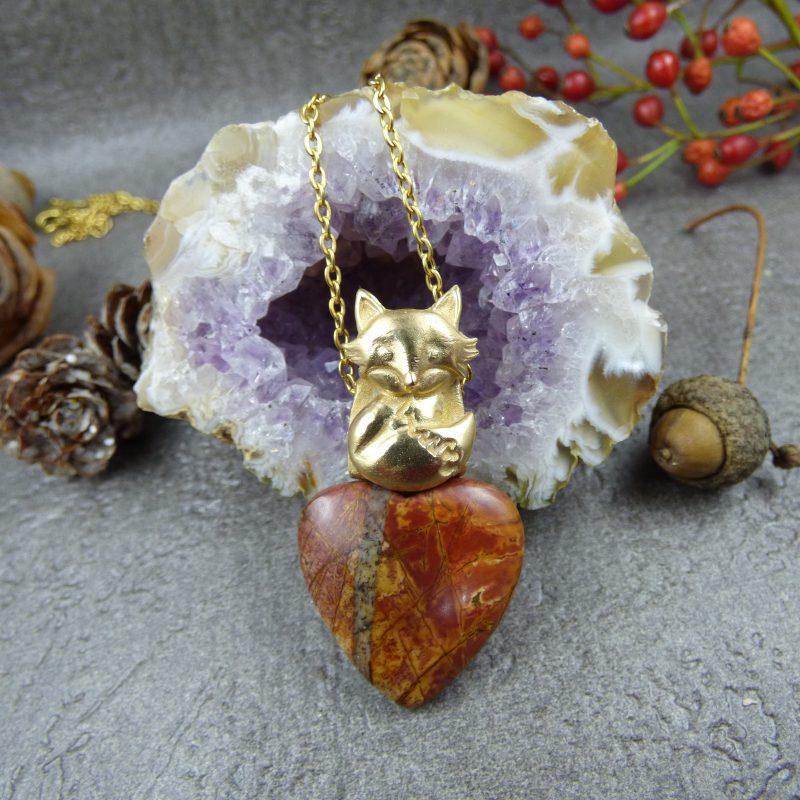 bijou artisanal avec un renard doré et une pierre naturelle