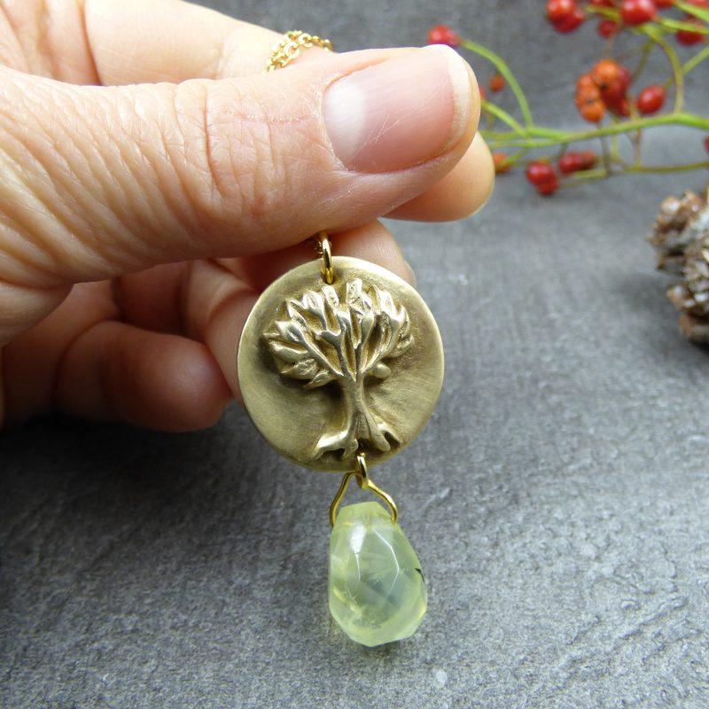 bijou de createur avec arbre de vie et pierre naturelle