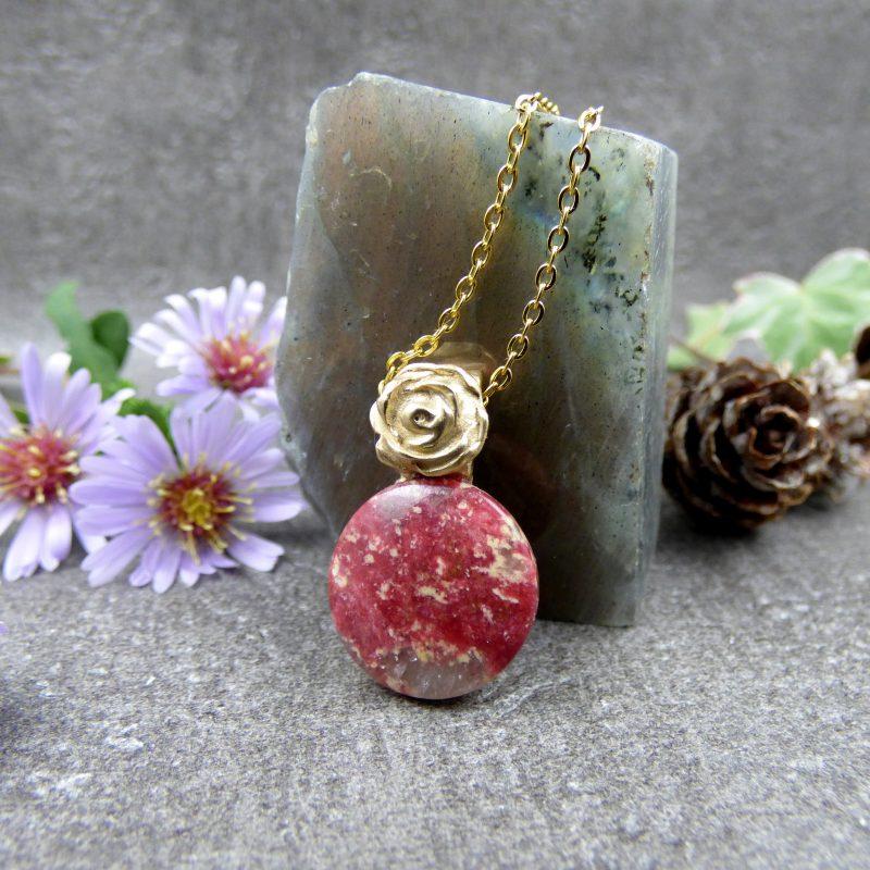 bijou artisanal en pierre de thulite avec une rose