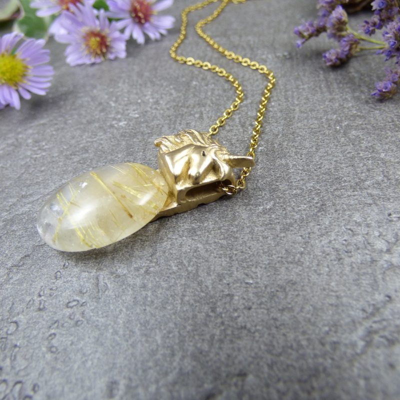 bijou feerique avec licorne et pierre de quartz rutilé doré