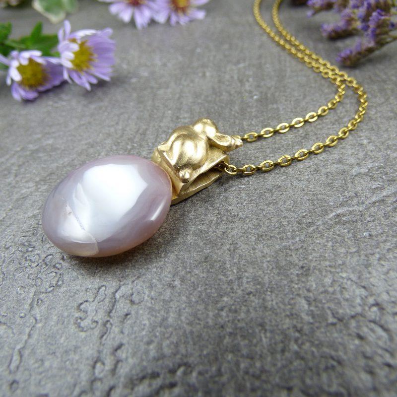 pendentif en bronze avec un lapin et une pierre d'agate