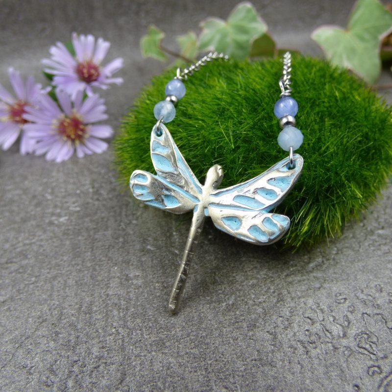 bijou avec une libellule argenté et des pierres bleues