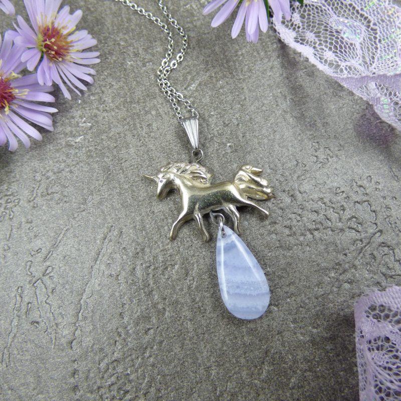 bijou artisanal avec licorne et pierre bleue