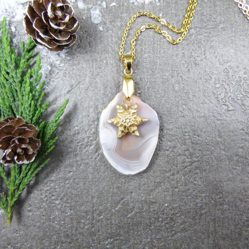 pendentif en pierre d'agate et flocon de neige doré
