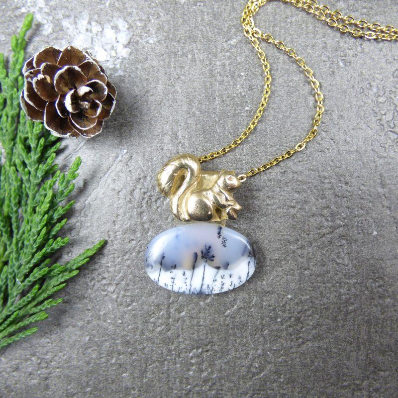 bijou feerique avec ecureuil et pierre d'opale
