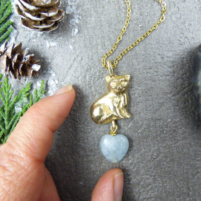 pendentif artisanal avec un ours polaire et une pierre aigue marine