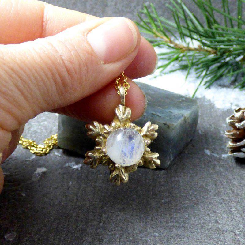 pendentif artisanal etoile de neige et pierre de lune