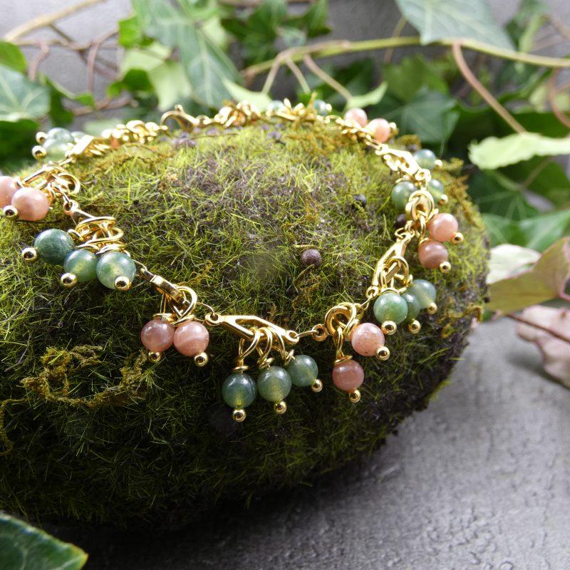 bracelet doré avec des perles en pierres d'agate et rhodochrosite