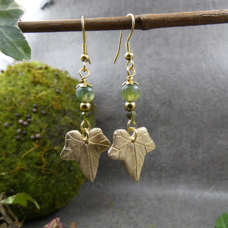 bijou artisanal avec pierres et feuilles de lierres dorées