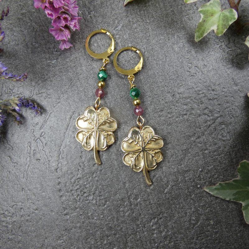 bijou artisanal avec pierres et trèfles à quatres feuilles dorés