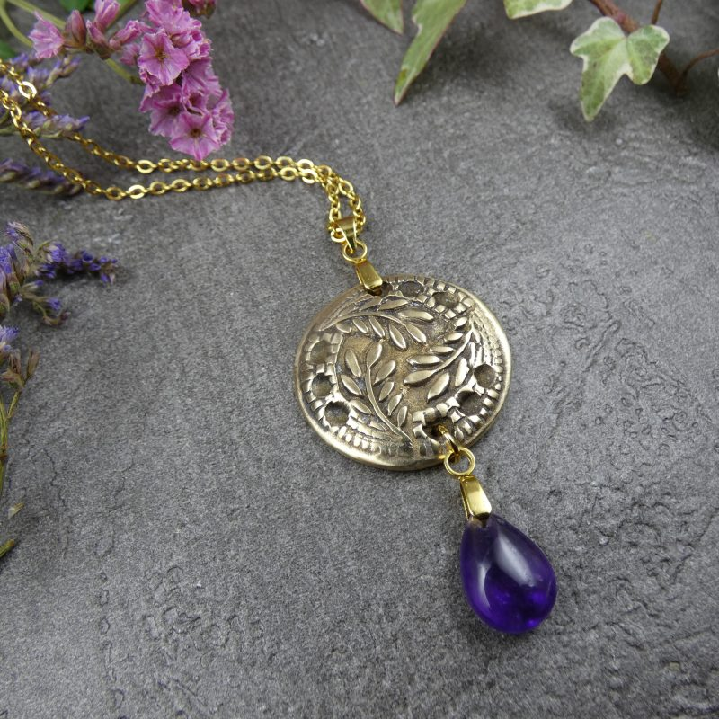 bijou nature avec médaillon de feuilles et pierre