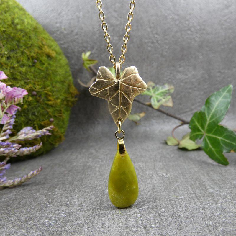 pendentif artisanal avec un lierre doré et une pierre naturelle