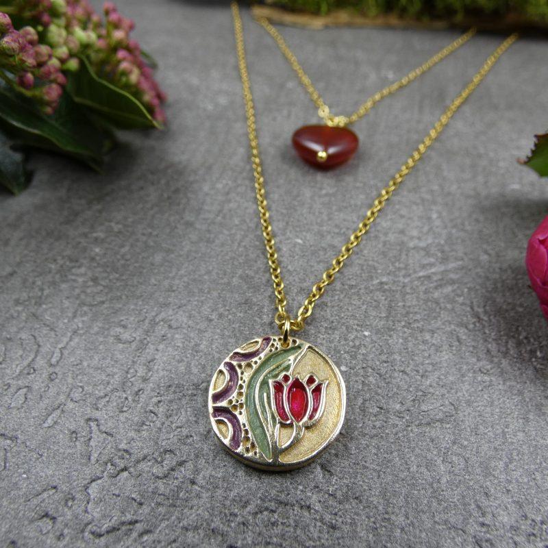 collier double rang avec médaillon tulipe et coeur rouge