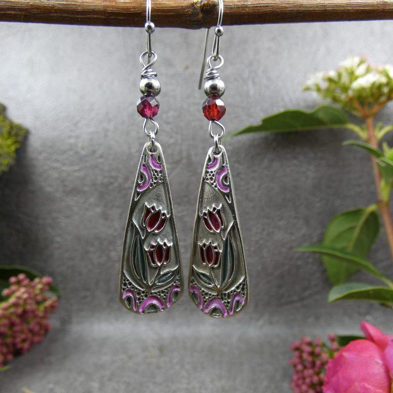 bijou artisanal dans un style art nouveau avec des fleurs tulipes