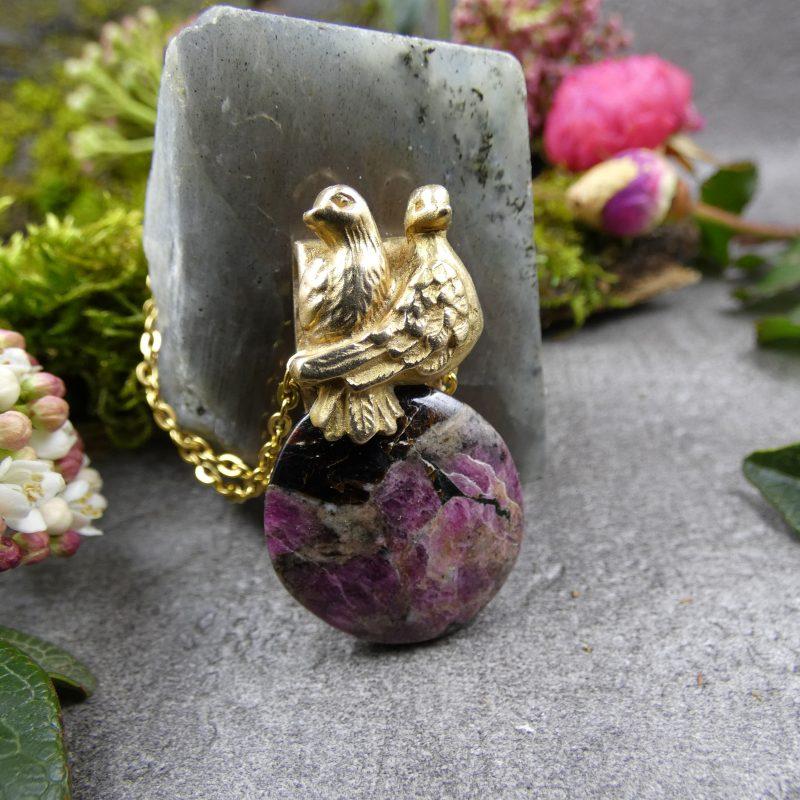 pendentif en pierre eudialyte et colombes dorées