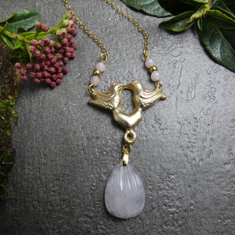 pendentif en quartz rose et colombes dorées