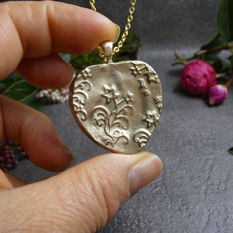 pendentif en forme de coeur en bronze doré et pierre naturelle