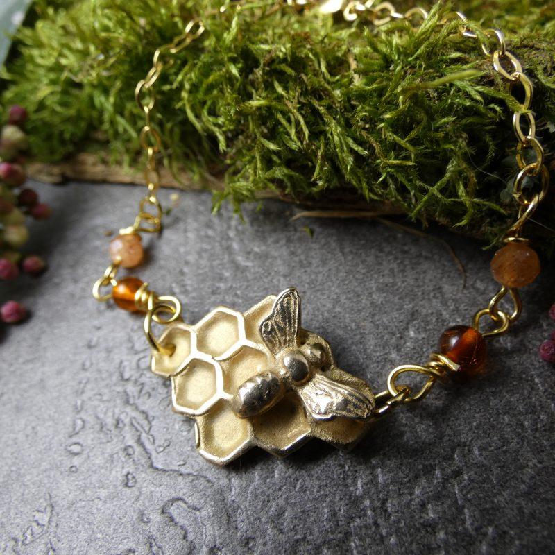 bijou artisanal avec abeille et pierre d'ambre