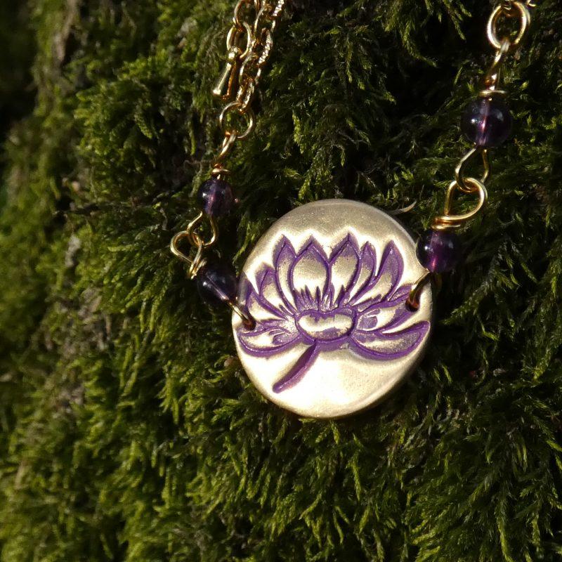 bracelet médaillon doré avec lotus et perles améthyste