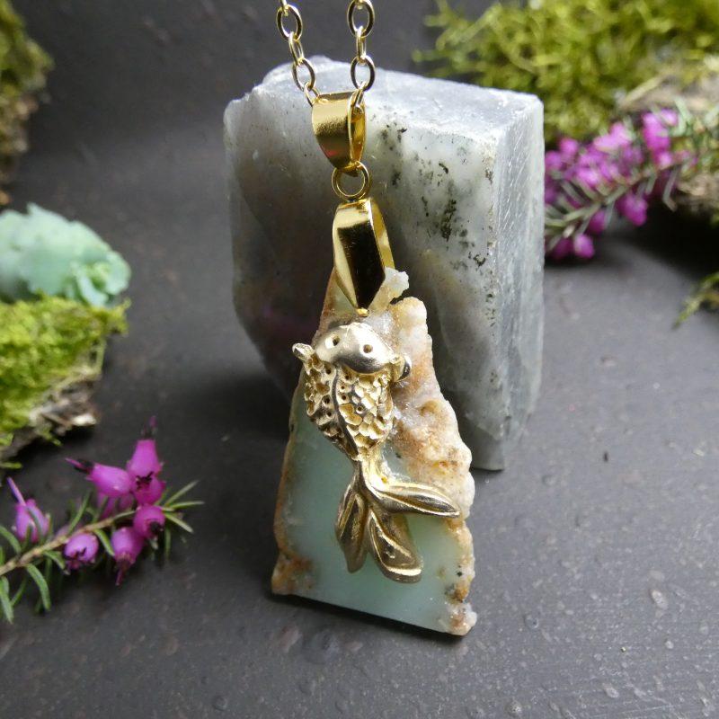 pendentif avec une carpe koi sur une pierre