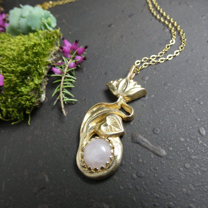 pendentif fleur de lotus en bronze doré et quartz rose
