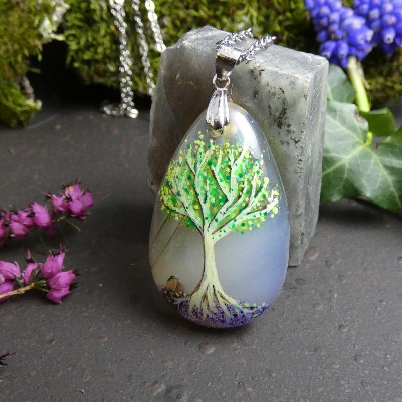 arbre peint à la main sur une pierre d'agate