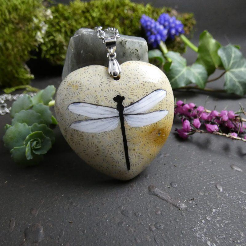 libellule peinte à la main sur une pierre en forme de coeur