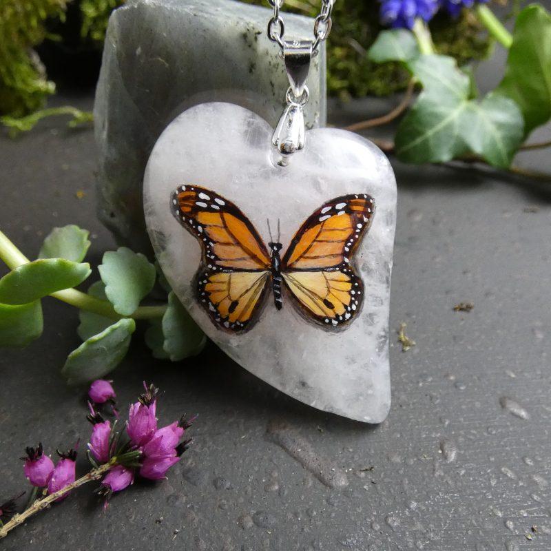 pendentif artisanal avec un papillon peint sur une pierre