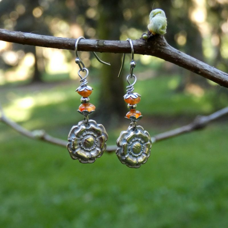 bijou artisanal avec fleurs en bronze et pierre de cornaline