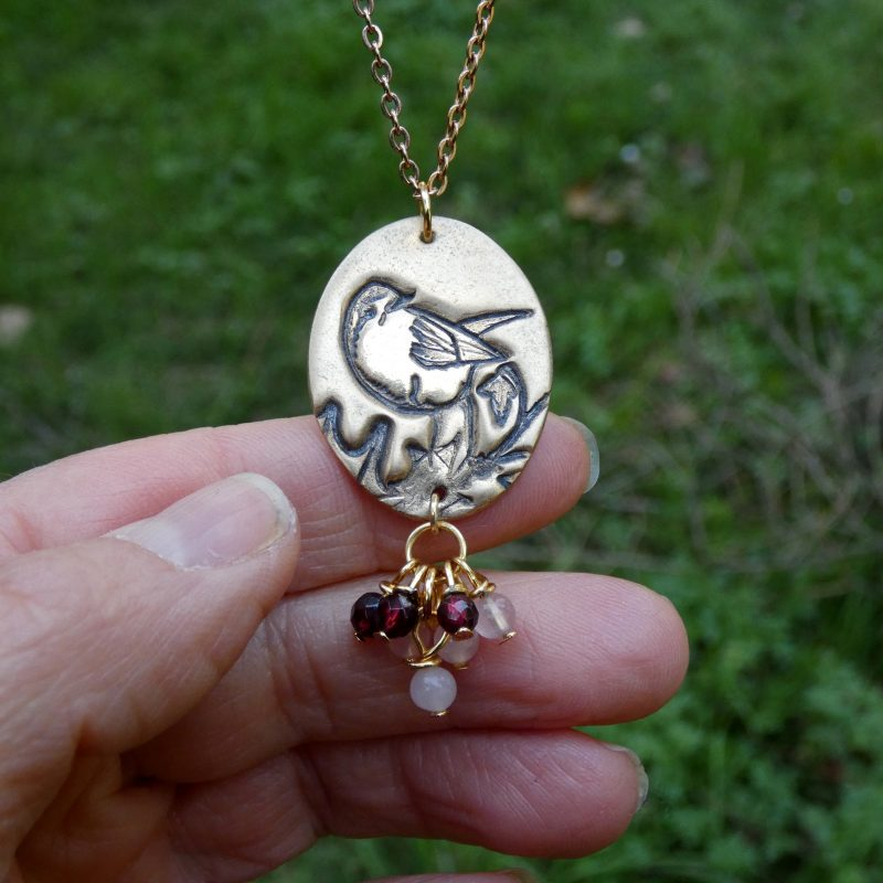 pendentif avec un oiseau et des perles en pierres naturelles