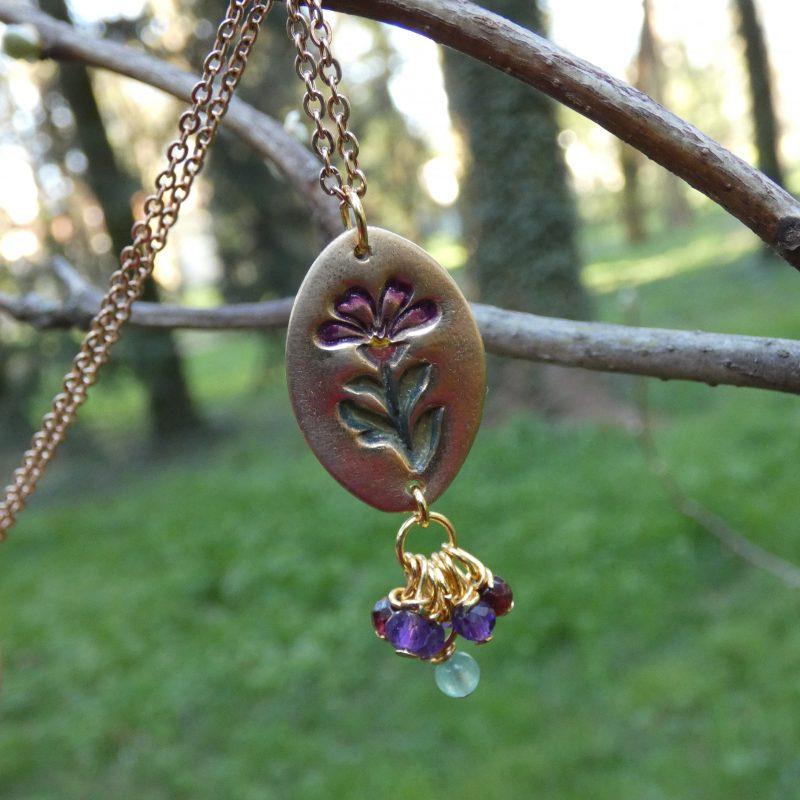 pendentif artisanal fabriqué en bronze doré avec une fleur