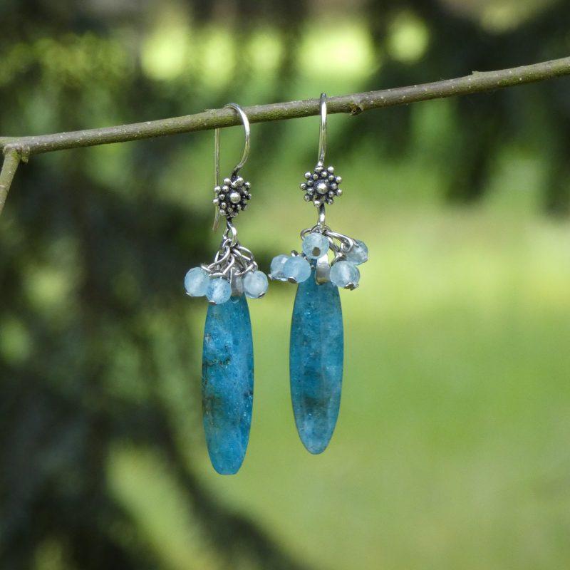 boucles d'oreilles en pierres naturelles sur une branche