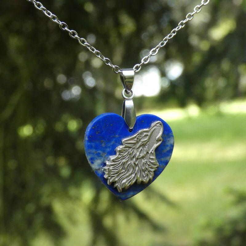 pendentif en pierre avec un loup argenté dans la nature