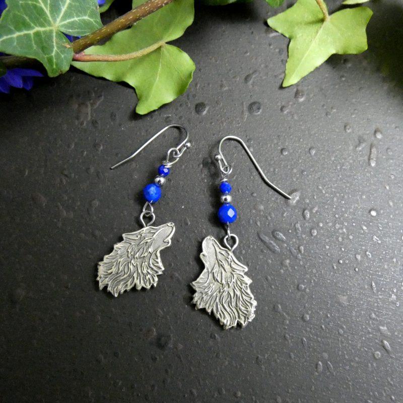 boucles d'oreilles artisanales avec loups argentés et pierre bleue