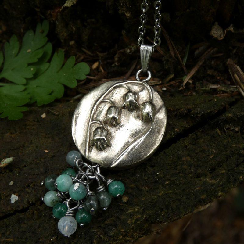 medaillon en bronze avec fleur de muguet et perles