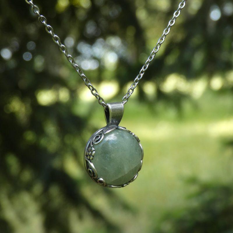 pierre d'aigue marine sertie dans un pendentif argent