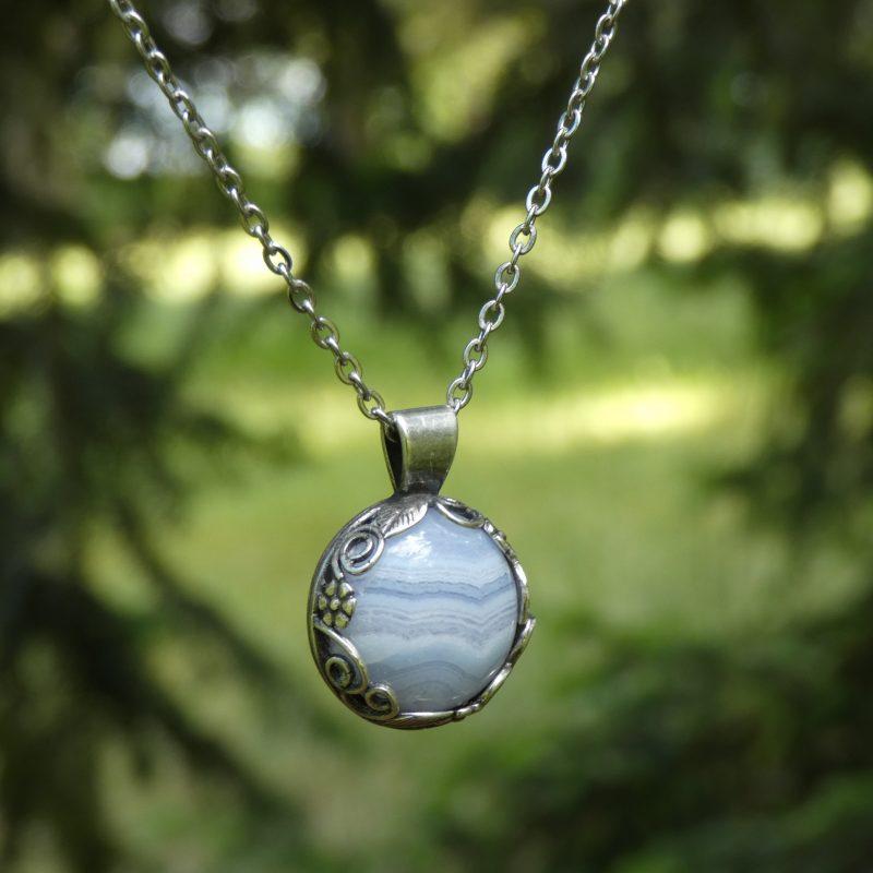bijou avec une pierre d'agate dentelle dans la nature