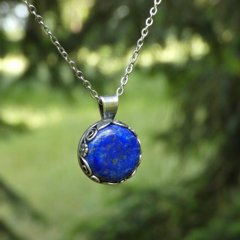 bijou artisanal en pierre naturelle de lapis lazuli dans la nature