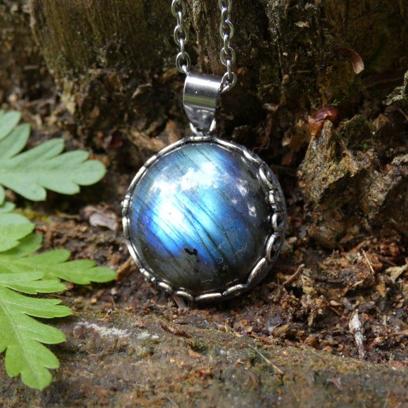bijou en pierre naturelle de labradorite sur un tronc d'arbre