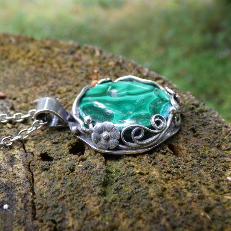 pendentif fait main en pierre naturelle de malachite dans la nature