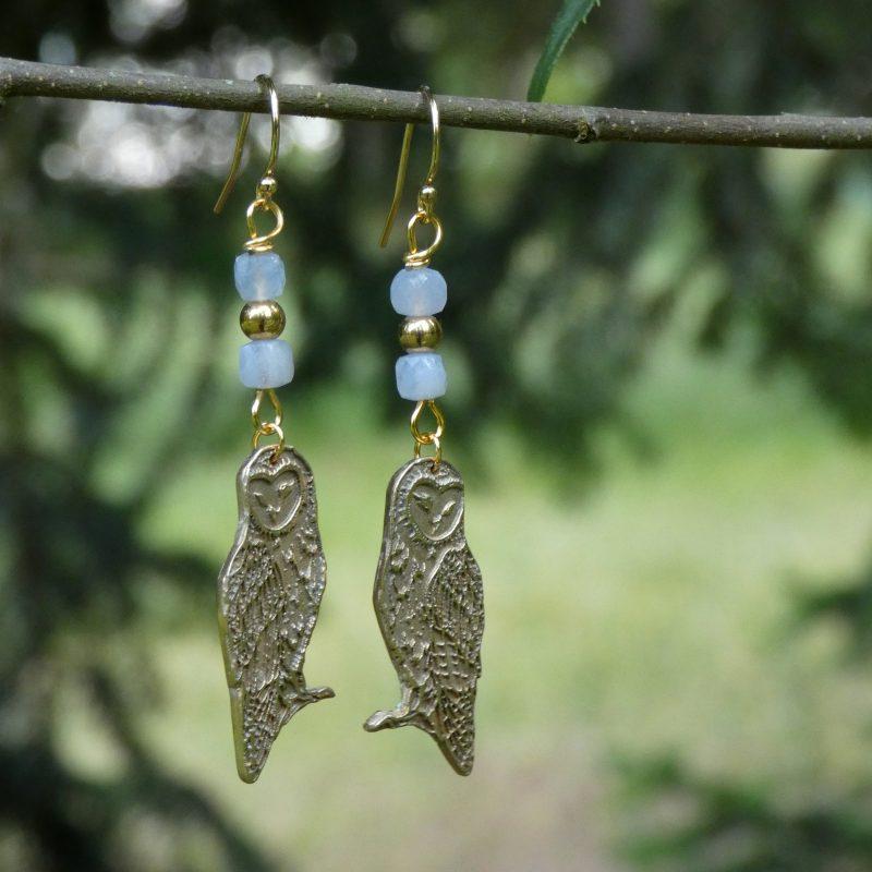 boucles d'oreilles en pierres naturelles et chouettes dorées