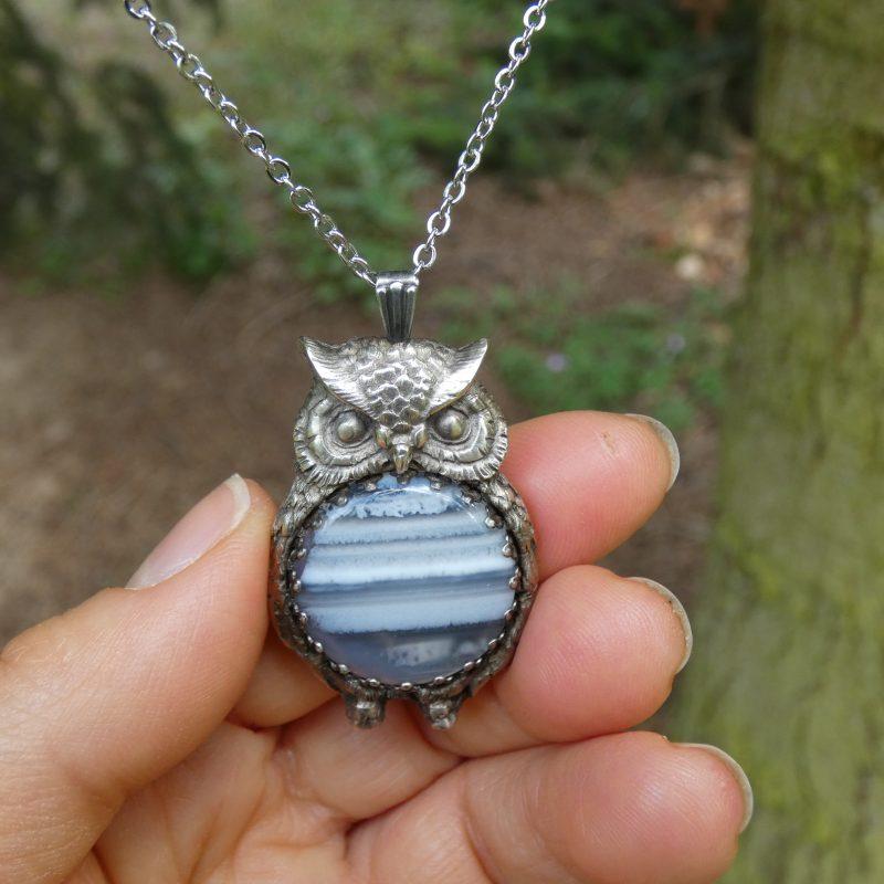 bijou artisanal avec un médaillon hibou et une pierre bleue