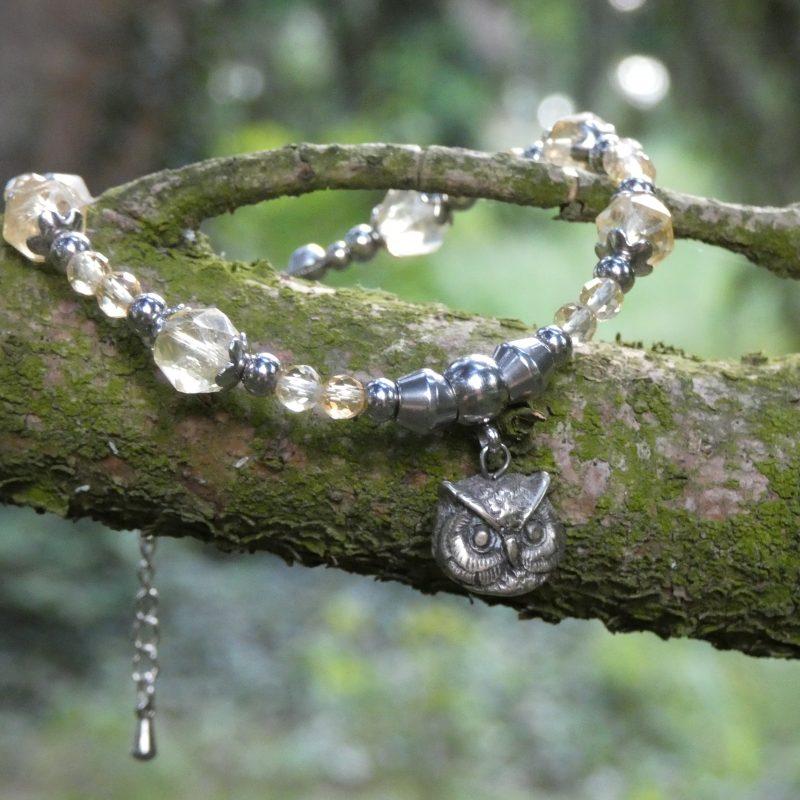bracelet artisanal en pierre naturelle de citrine sur un arbre